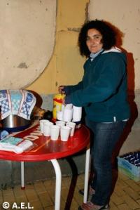 Olga preparando el chocolate para los orientadores.